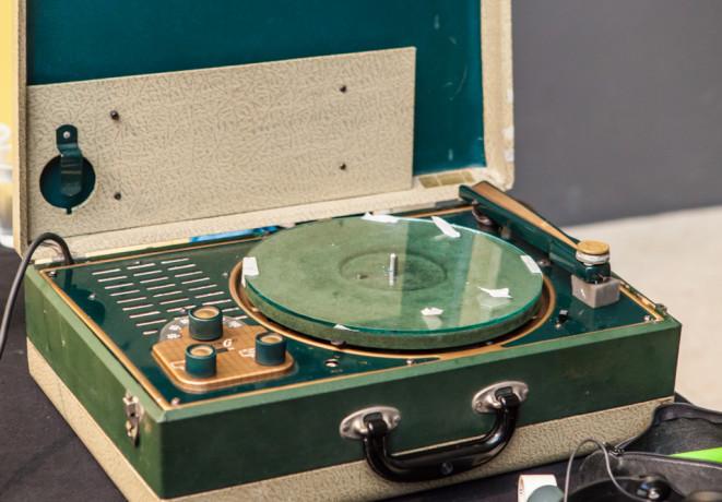 Plattenliebhaber Aleksander Kolkowski beschreibt beim Festival /Pop  16/ausrangierte CDs mit einer umgerüsteten 1950er Wilcox-Gay Recordette,  Teil seiner Installation /Live-Record Cutting/. | © Laura Fiorio / Haus  der Kulturen der Welt