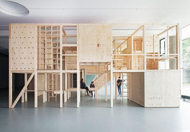 Eröffnung der Ausstellung Wohnungsfrage. Atelier Bow-Wow, Urban Forest, 2015, 1:1-Modell | © Jens Liebchen / Haus der Kulturen der Welt